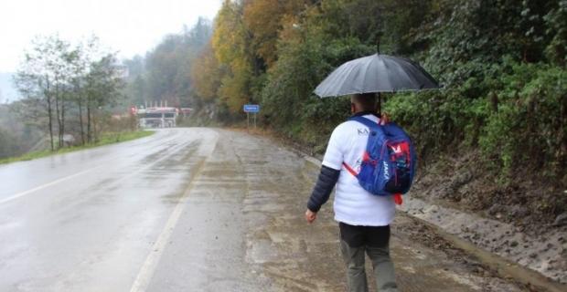 'Yürüyen adam' bu kezde kanserden kaybettiği annesi için yürüyor..