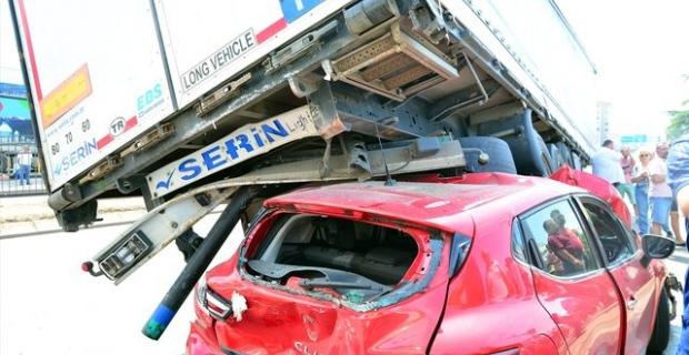 Trabzon'da otomobil TIR'ın altında kaldı: 3 yaralı