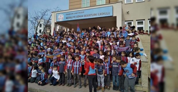MİNİK TARAFTARLARDAN TRABZONSPOR' A MAÇ ÖNCESİ DESTEK GELDİ