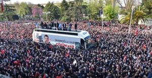 Ekrem İmamoğlu görevi devraldı! Saraçhane'de coşkulu karşılama